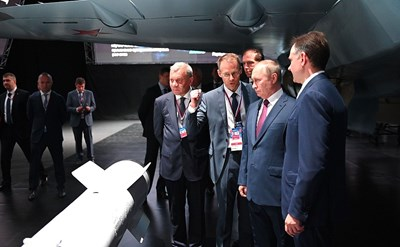 Путин разглежда самолета Снимка: кремлин.ру