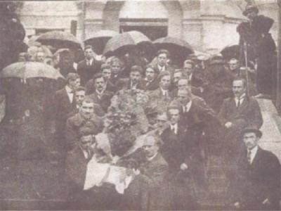 Известни писатели носят ковчега на патриарха на българската литература. СНИМКА: АРХИВ НА АВТОРА