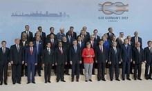 36 души на една снимка. Кой е основният признак, който обединява повечето от тях?