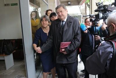 Гардове не разпознаха дългогодишния бивш депутат Георги Божинов и тъй като на първо четене не намериха името му в списъците, не го пуснаха в сградата. Той се обиди и си тръгна. Снимка РУМЯНА ТОНЕВА