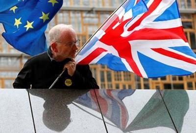 Мъж демонстрира срещу Брекзит в Брюксел Снимка: Ройтерс