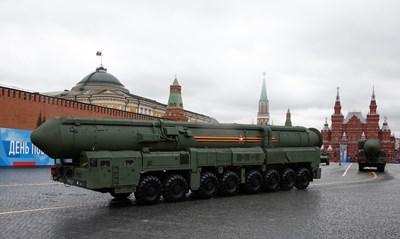 """Страховитият ракетен комплекс """"Ярс"""" е сред най-впечатляващите модернизирани оръжия, които бяха показани в Москва. СНИМКА: РОЙТЕРС"""