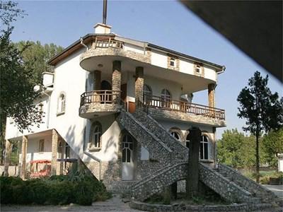 Хасиендата е построена върху земя, с която Цар Киро се сдобил през 1995 г.