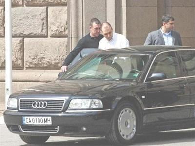"""8 април 2008 г. - наш репортер снима Стефан Гамизов (в средата) да излиза от сградата на МС. Часове по-късно той заяви по bTV, че шефът на """"Атоменергоремонт"""" Борислав Георгиев е убит от енергийната мафия. СНИМКА: ПАРСЕХ ШУБАРАЛЯН"""