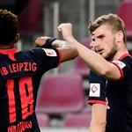 """Тимо Вернер се поздравявя с Кристофър Нкунку след гола си за победата на """"РБ Лайпциг"""" с 4:2 в Кьолн."""