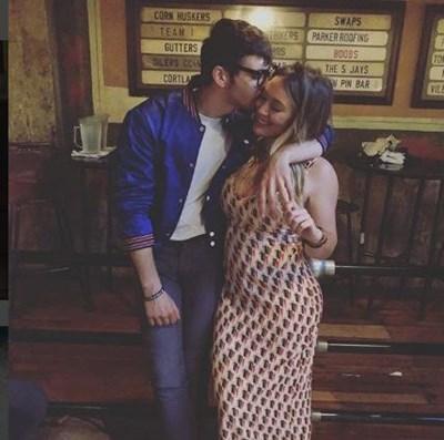 Хилари Дъф лично оповести радостната новина, споделяйки в сайта Инстаграм своя снимка с Кома, на която личи бременното й коремче СНИМКА: инстаграм//hilaryduff/