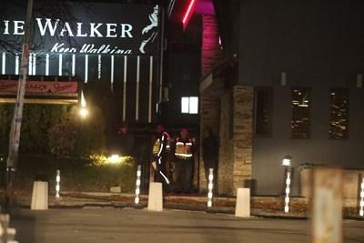 Полицаи проверяват един от ресторантите в Студентски град. След това клиентите (на снимката долу) опразниха заведението.  СНИМКИ: НИКОЛАЙ ЛИТОВ