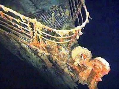 Носът на кораба, целият покрит с морска растителност, бе сниман от робот на дъното на океана.