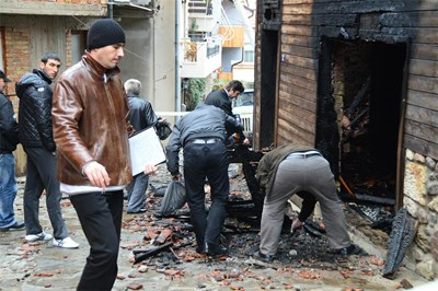 Оперативно следствена група направи повторен оглед вчера сутринта. Криминалистите взеха и останки от изгорелите греди за анализ за запалителни вещества. Снимка: Елена Фотева