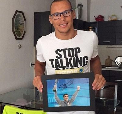 Антъни Иванов показва снимката с автографа от Майкъл Фелпс.