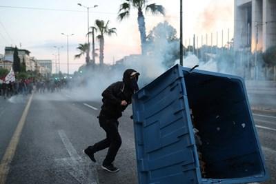 Гръцката полиция арестува петима души в безредици в близост до посолството на САЩ СНИМКИ: Ройтерс