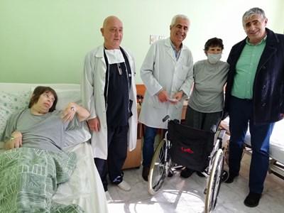 Оперираната Милена с лекарския екип и майка си, която се грижи за нея в болницата