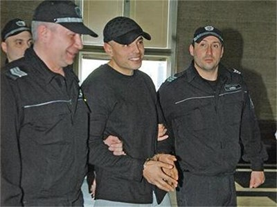 """""""Моля съда да му пусне"""", бяха единствените думи на Прокопиев (на снимката воден от съдебната охрана) и Лебешковски. Прокопи има бебе, а другият двама сина. Защитата поиска да ги освободят, за да си гледадат децата. СНИМКИ: ГЕРГАНА ВУТОВА"""