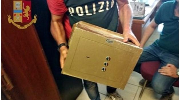 Българин хвърля каса от балкон в Бари, хванаха го с плячка за 100 хиляди евро от обир. Тя включвала часовници и химикалки от ценни колекции