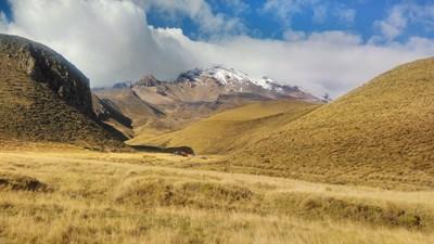 Малко преди да се опитаме да пренощуваме в палатките, вляво се показа гордо връх Чимбаросо. Но беше за кратко.
