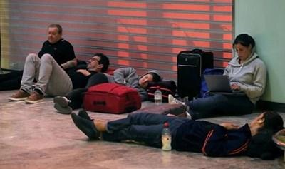 Пътници са седнали на земята на летището, за да чакат полетите си за Аликанте. Снимка: Ройтерс