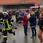 Зрители на карнавала бягат в паника, след като колата се забива в тълпата.