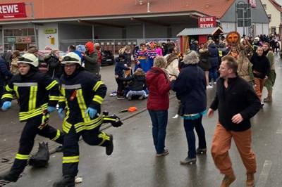 Зрители на карнавала бягат в паника, след като колата се забива в тълпата. СНИМКА: РОЙТЕРС