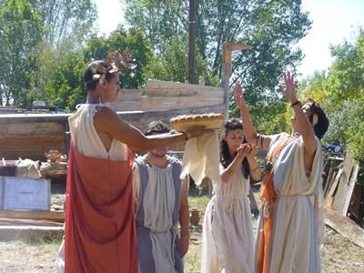 Актьори от Казанлък показаха днес край кораба обичаи на древните траки.  СНИМКА: Ваньо Стоилов