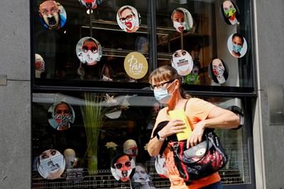 Жена минава покрай магазин за маски във Виена. СНИМКА: РОЙТЕРС