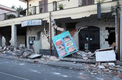 Магазини са повредени от земетресението край Катания до склоновете на Етна. СНИМКА: РОЙТЕРС