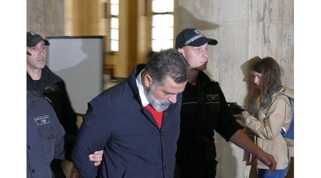 Черногорецът Кнежевиц на свобода с подписка, въоръжени обикалят квартирата му в София