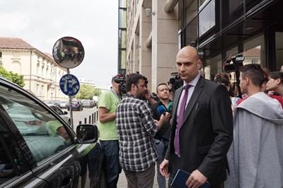 Шефът на спецпрокуратурата Димитър Петров излезе от офиса на Иво Прокопиев  СНИМКА: Десислава Кулелиева