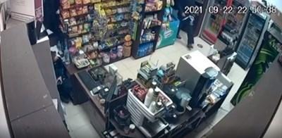 Кадър от охранителна камера на местопрестъплението - денонощен хранителен магазин в Елин Пелин