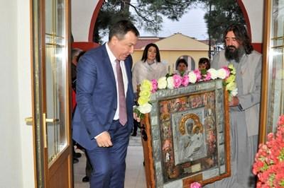 """Кметът Николай Димитров и отец Петър от Несебър внасят иконата в гръцкия храм """"Св.Успение Богородично""""."""