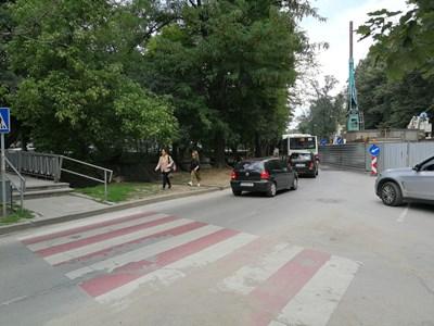 Пешеходци минават по неравната пътечка покрай реката, защото за тях не е предвидено откъде да минат, докато е затворен тротоарът пред Военната академия в София.  СНИМКА: ПИЕР ПЕТРОВ