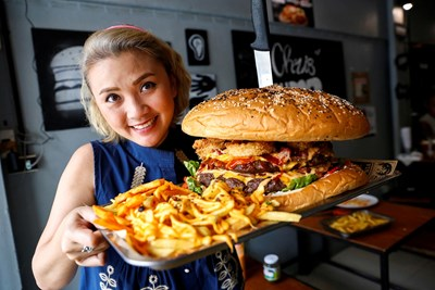 Големите хамбургери са сред най-опасните за шофьорите храни. СНИМКА: РОЙТЕРС