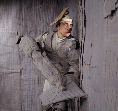 Сцена от постановката на трупата. Фотограф: Творчески колектив СвЕмма - Светослав Куцаров и Емма  Бардизбанян