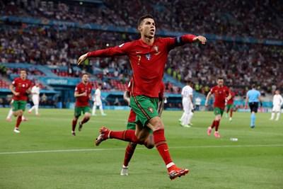 Кристиано Роналдо ликува след втория си гол от дузпа, с който донесе 2:2 за Португалия срещу Франция и счупи нови рекорди. СНИМКА: РОЙТЕРС