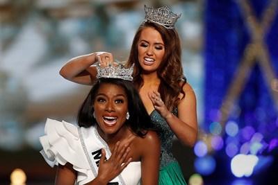 24-годишната Ниа Франклин получи короната от миналогодишната победителка Кара Мънд. Снимки: Ройтерс