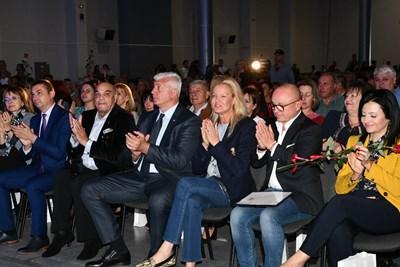 Стефка Костадинова, която е един от осемте възпитаници на елитното школо с олимпийска титла, не пропусна да благодари на своите първи треньори. СНИМКИ: ГЕРБ
