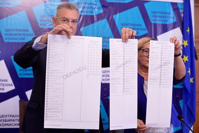 Говорителите на ЦИК Александър Андреев и Таня Цанева показват образци на бюлетините за София.