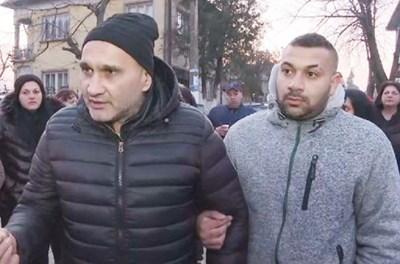 Бащата на убитата Андреа - Асан, и брат й Румен на протеста в Галиче