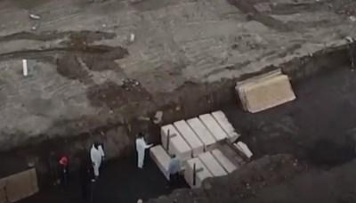 Изображения от дрон показват импровизирани дървени ковчези в масов гроб Ню Йорк КАДЪР: Туитър/ Al Jazeera English