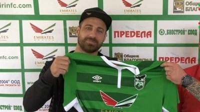 """Николай Бодуров получава зелената фланелка с №5 от мениджъра на """"Пирин"""" Уорън Фийни."""