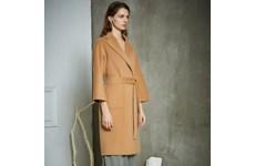 Палтото от кашмир е леко, но пази и от най-големия студ.