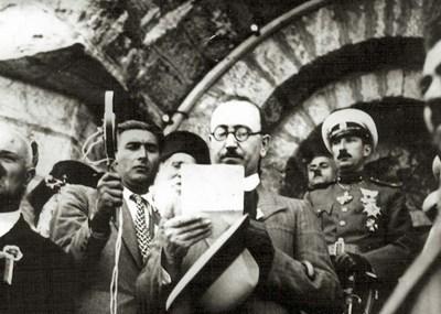 26 август 1934 г. Министър-председателят Кимон Георгиев чете слово по случай откриването на паметника на връх Шипка. Вдясно е цар Борис Трети.