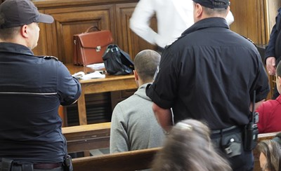Борислав Миланов, заснет в гръб в съдебната зала. СНИМКА: Десислава Кулелиева