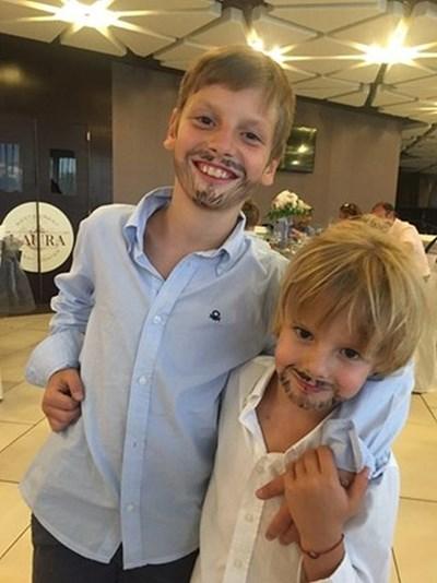 Братята Димитър Рачков-младши и Петър Милошев позират, омазани със сладолед.
