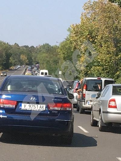 Голяма тапа на входа на Бургас на влизане от Созопол СНИМКА: 24 часа