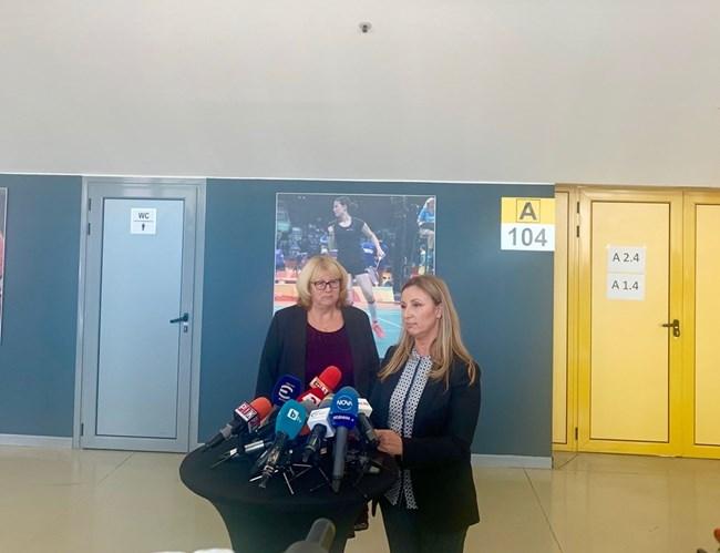 Шефката на ОИК -София Полина Витанова (вдясно) разяснява организацията по приемането на данните от вота