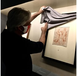 Авторът на текста повдига брезентовото платно, покрило една от графиките на Рафаело, за да я разгледа. СНИМКИ: АВТОРЪТ