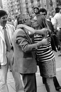 Само часове след като е избран за президент, д-р Желев отива на среща със симпатизанти в НДК. Пред двореца красива девойка дарява президента със стрък роза и страстно го целува...