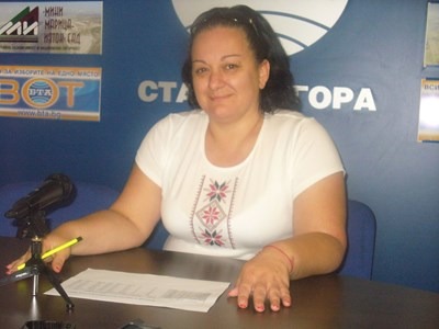Председателят на Районната избирателна комисия в Стара Загора Теодора Крумова дойде на пресконференция с местните журналисти, облечена в  бяла блуза с национални шевици отпред. С такива блузи ще бъдат тази вечер всичките 29 членове и сътрудници на РИК, които ще посрещат изборните книжа от областта.   СНИМКА: Ваньо Стоилов
