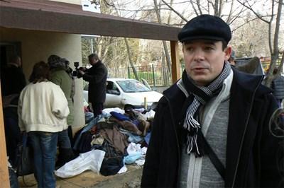 Инициаторът на фейсбук-акцията Мирослав Мирев беше щастлив от наплива хора, които искат да дарят дрехи.