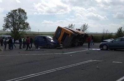 Странично обърнатият рейс се подпрял на спрелия бус. Снимка:Фейсбук/Шофьори Бургас